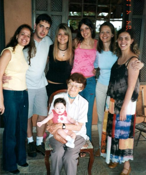 Em pé da esquerda para a direita: Paola, Juliano, Gabriela, Carina, Renata e Camila. No colo de Ana: sua bisneta Marina, filha de Juliano.