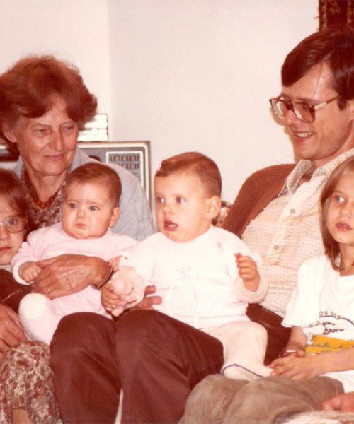 Ana segura suas netas Paola e Gabriela. Odo, filho de Ana, segura sua filha Carina e a sobrinha Renata.