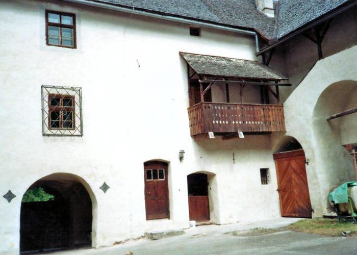 Pátio interno do castelo, restaurado recentemente. À direita o tonel onde Gerhard despeja o preparado biodinâmico. Na região circundante ao castelo, a maioria dos moradores pratica agricultura biodinâmica.