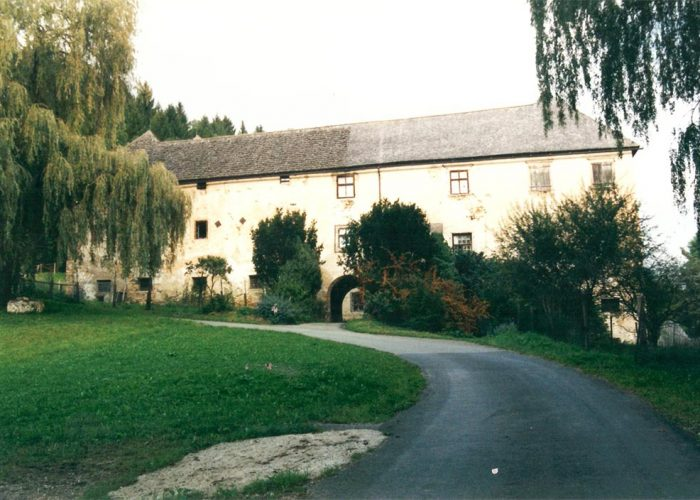 Estrada de acesso à lateral do castelo. O chorão à esquerda foi plantado por um dos irmãos de Ana que morreu na guerra.