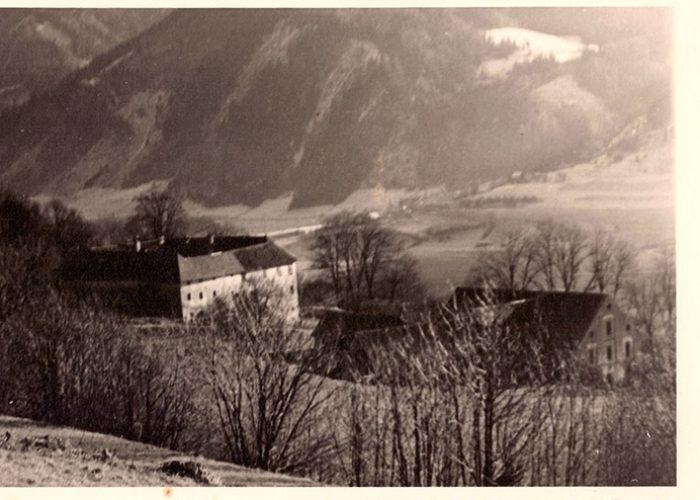 Antiga foto de Pichlhofen. Comparada às mais recentes, vê-se como o fundo do vale era desprovido de vegetação, bem como a propriedade ao redor. Sigmund, pai de Ana, e depois seu filho Gerhard, plantaram muitas árvores na propriedade.