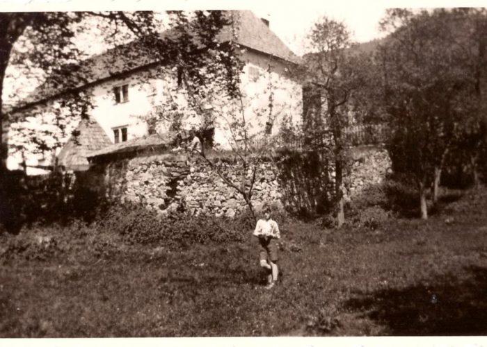 Antigo muro na lateral-direita do castelo, como o próprio, construído com pedras.