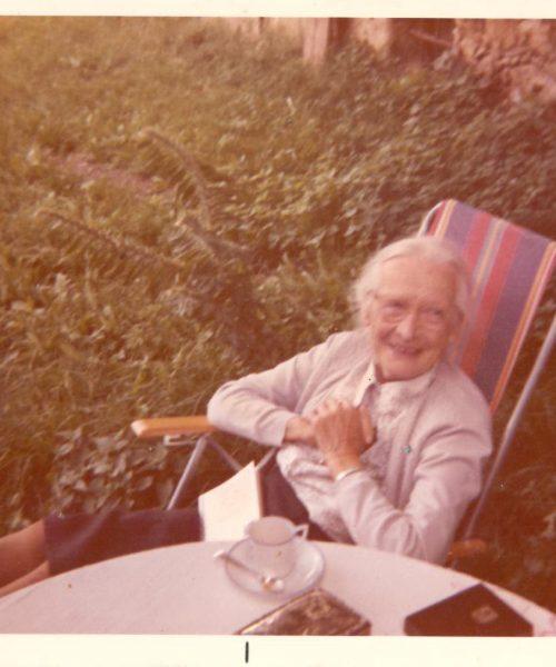 Clara Conrad, mãe de Ana Primavesi em seu jardim.