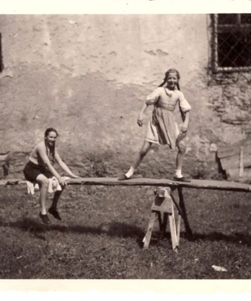 Putzi brinca com outras crianças no jardim do castelo. As brincadeiras ao ar livre foram parte de uma infância rica em experiências e vivências.