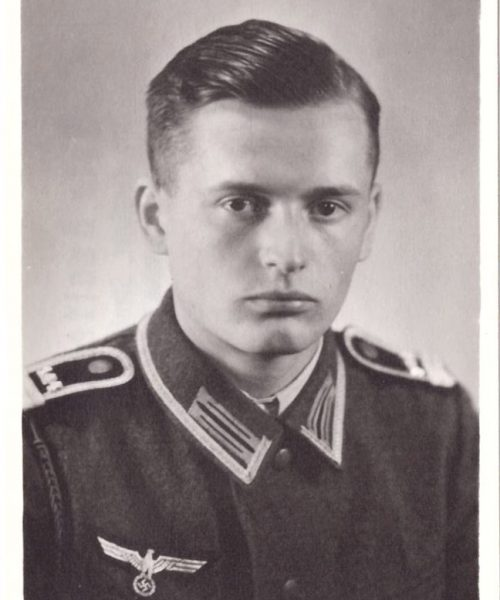 Wolfgang com seu uniforme. Ele achava que era uma obrigação lutar na guerra por patriotismo. Morreu com uma rajada de tiros nas costas, disparados por aviões de caça russos num Domingo de Ramos, Páscoa, em março de 1942.