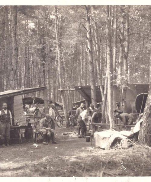 """Foto do arquivo pessoal de Ana Primavesi: acampamento de soldados da Polônia que faziam a transferência de pessoas nos """"Trecks""""(direita na foto), um tipo de carroça coberta."""