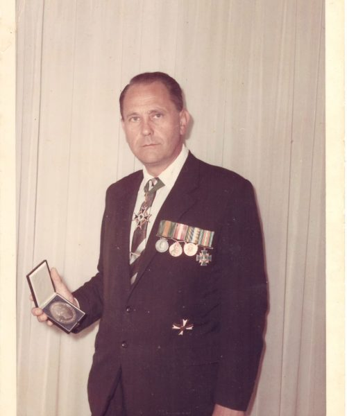 O diplomata Artur Primavesi mostra suas medalhas.