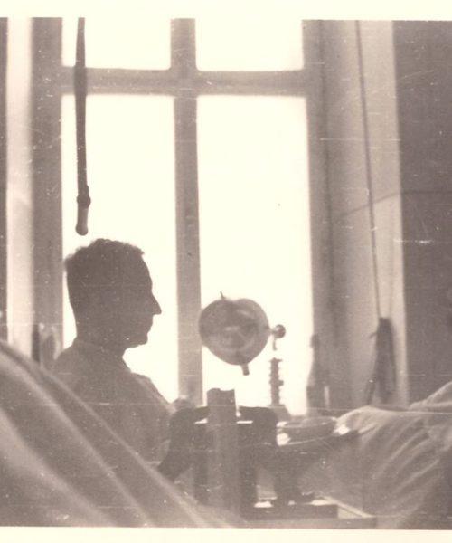 Quatorze dias depois de convocado para a Guerra, Sigmund foi ferido por um tiro de dum dum, bala de ponta oca que se expande e estilhaça dentro do corpo. O osso de seu tornozelo direito foi arrancado e ele passou três longos e infindáveis anos no lazareto (hospital de guerra). As infecções eram frequentes, o que lesionou seu coração. Não havia penicilina naquela época.