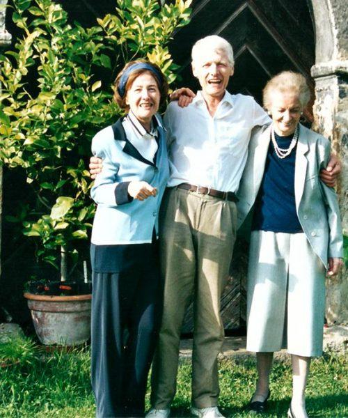 Clara, Gerhard e Brigite, os irmãos mais novos de Ana Primavesi na porta da frente do castelo.