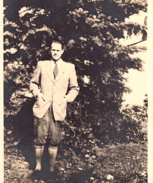 Artur ainda solteiro nos jardins de sua casa em Krotendorf.