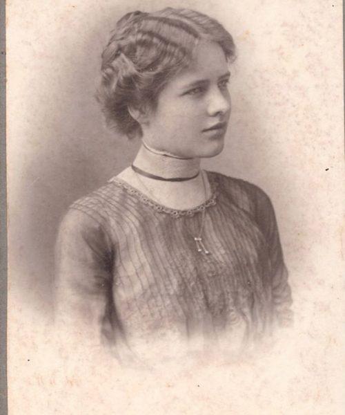Clara Arbesser, mãe de Ana, quando jovem.