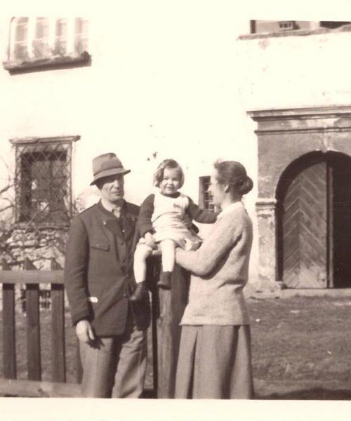 Ana Primavesi e seus pais em frente ao castelo. Data estimada: 1923.