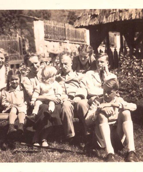 """A família completa: de pé: Brigitte e Ana (Annemarie). Sentados: """"Putzi, Clara segurando Gerhard, Sigmund pai, Sigmund e Wolfgang."""