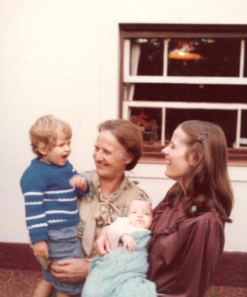 Ana recebe sua filha Carin e as netas Gabriela e Paola, no colo.