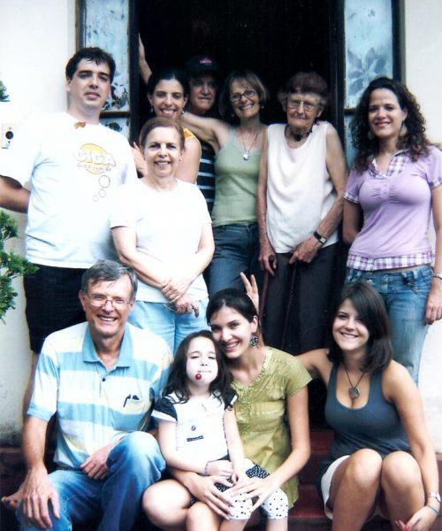 Família reunida em Itaí: em pé da esquerda para a direita: Juliano, Ana Cândida (abaixo), Camila, Ricardo, Carin, Ana, Paola. Sentados: Odo, Carina com Laura no colo e, no detalhe, Gabriela fazendo chifrinho na prima.