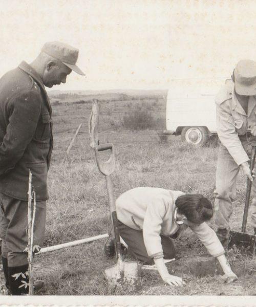 Ana em trabalho de campo. (ensinando como amostrar o solo para análise de raízes, com pá reta,  e análise química, para soldados em terras do exército).
