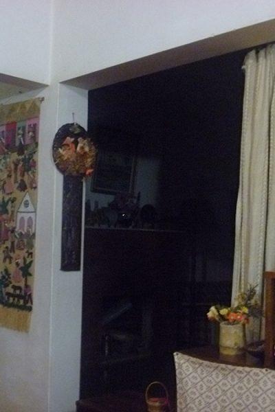 Foto tirada da sala de TV olhando para a sala de visitas, separadas pela cortina. O corredor à direita dava para o escritório que ficava logo à esquerda e os quartos, dos dois lados.